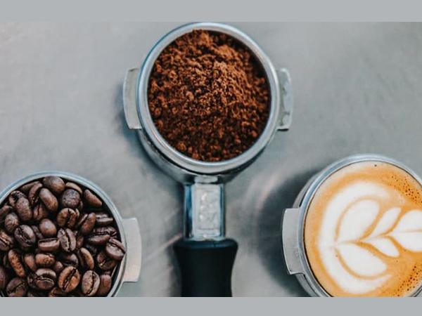 آسیاب دانه های قهوه برای یک فنجان کامل